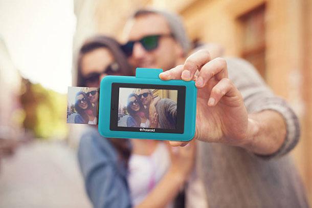 Camara instantanea polaroid snap touch tomandose selfie