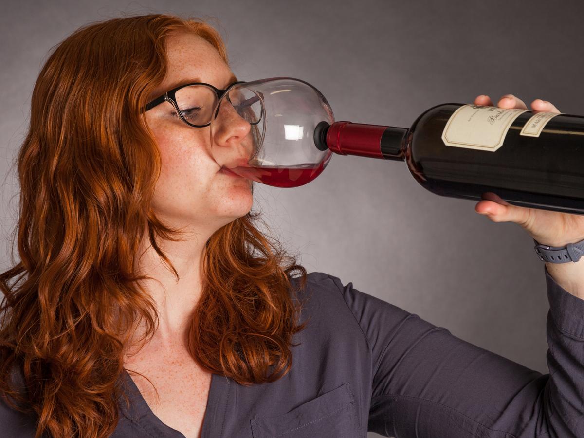 copa guzzle buddy que se enrosca en la botella de vino