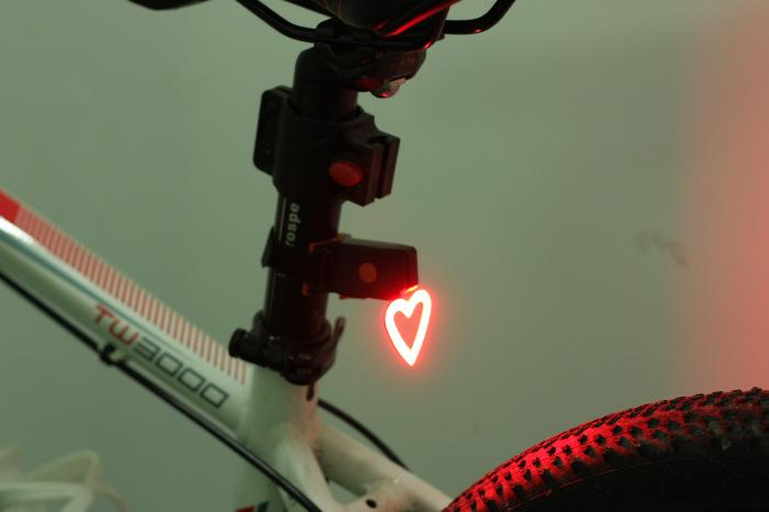 luz trasera para bicicleta en forma de coarzon