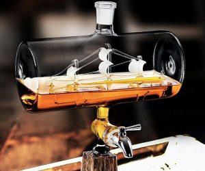 Dispensador de whisky con un barco dentro de un cilindro