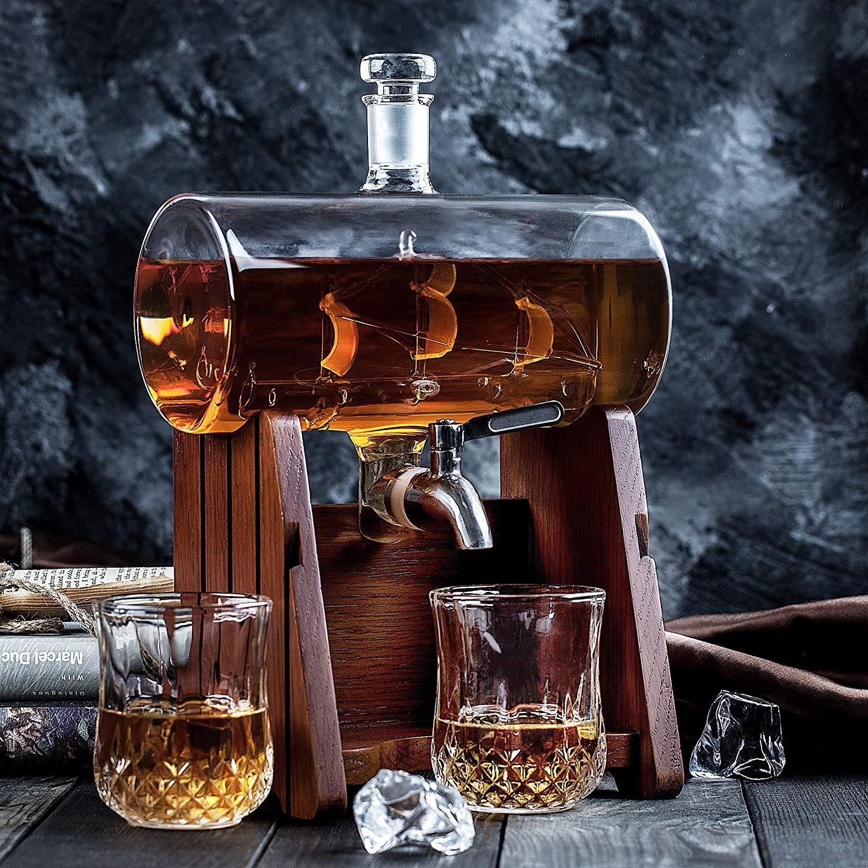 Dispensador de whisky con barco dentro de una botella